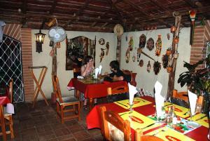 Restaurante cubano que está decorado con motivos religiosos