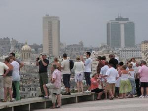 Desde el Malecón de La Habana los cubanos buscan otros horizontes
