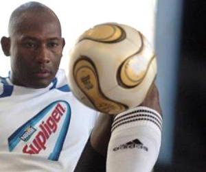 Erick Hernández puede dominar el balón con todo el cuerpo