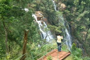 Los visitantes pueden observar el salto desde un mirador acondicionado para ello