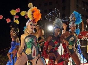 Los carnavales de verano atraen muchos turistas a Cuba
