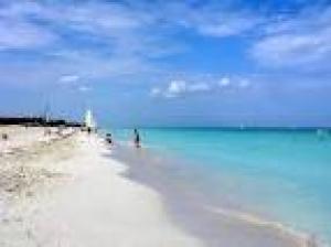 Transparentes aguas y finas arenas caracterizan las playas de Varadero