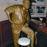 Ernest Hemingway todavía se sienta en su banqueta de El Floridita